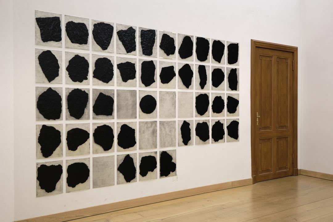 Oliver Thie: Die Wahrheit über den Ursprung der Welt, Ruß und Schellack auf Pergamyn, 46-teilig, jeweils 28 × 37 cm, 2019–2020. Copyright: Felix Sattler/ HU